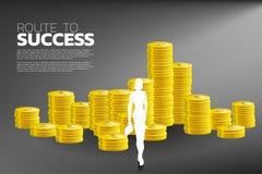 Σκιαγραφία της επιχειρηματία με το βήμα προς τα εμπρός χαρτοφυλάκων στο σωρό του νομίσματος ελεύθερη απεικόνιση δικαιώματος