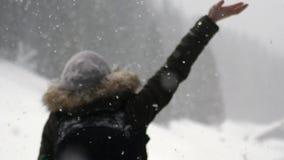 Σκιαγραφία της ευτυχούς γυναίκας στο χιόνι απόθεμα βίντεο