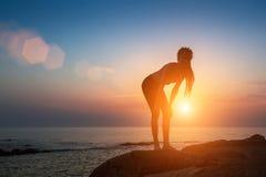 Σκιαγραφία της εύθυμης νέας γυναίκας στην παραλία θάλασσας Στοκ Εικόνα