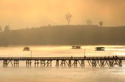 Σκιαγραφία της ξύλινης γέφυρας στην υδρονέφωση. Στοκ φωτογραφίες με δικαίωμα ελεύθερης χρήσης