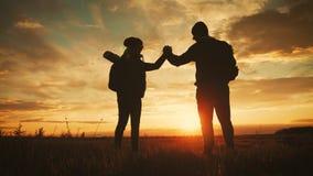 Σκιαγραφία της ομάδας στην αιχμή του βουνού Αθλητισμός και ενεργός ζωή του ατόμου και του κοριτσιού ανθρώπων Βοήθεια ζευγών ομαδι απόθεμα βίντεο