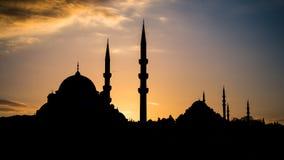 Σκιαγραφία της παλαιάς πόλης - μουσουλμανικά τεμένη Sultanahmet στη ρύθμιση του ήλιου στη Ιστανμπούλ Τουρκία Στοκ Φωτογραφίες