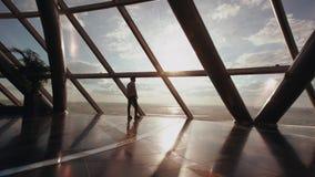 Σκιαγραφία της στάσης επιχειρηματιών κοντά στο παράθυρο στο σύγχρονο κτίριο γραφείων στοκ φωτογραφία με δικαίωμα ελεύθερης χρήσης