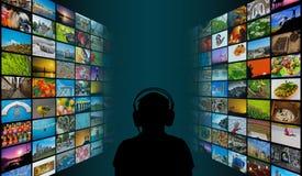 Σκιαγραφία της συνεδρίασης ατόμων μπροστά από τις τηλεοπτικές οθόνες πολυμέσων προσοχής τοίχων Στοκ φωτογραφία με δικαίωμα ελεύθερης χρήσης