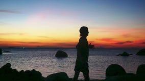 Σκιαγραφία της τρέχοντας κατάρτισης νεαρών άνδρων στο ηλιοβασίλεμα παραλιών κίνηση αργή 1920x1080 φιλμ μικρού μήκους