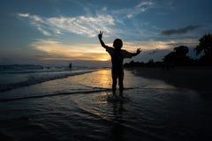 Σκιαγραφία του άλματος παιδιών στην παραλία Στοκ Εικόνες