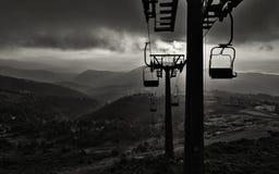 Σκιαγραφία του ανελκυστήρα ενάντια στο σκηνικό των βουνών στοκ φωτογραφία με δικαίωμα ελεύθερης χρήσης