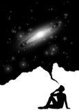 Σκιαγραφία του ατόμου με το σπειροειδείς γαλαξία και τα αστέρια Στοκ εικόνα με δικαίωμα ελεύθερης χρήσης
