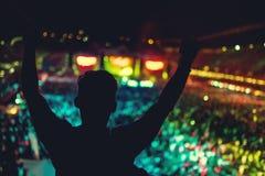 Σκιαγραφία του ατόμου που απολαμβάνει τη συναυλία μουσικής, χορεύοντας σκιαγραφία Στοκ Εικόνες