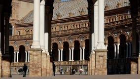 Σκιαγραφία του ατόμου που περπατά στο plaza στην Ισπανία Όμορφο κτήριο στη Σεβίλλη απόθεμα βίντεο