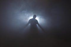 Σκιαγραφία του ατόμου στην ομίχλη στοκ εικόνες με δικαίωμα ελεύθερης χρήσης