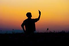 Σκιαγραφία του ατόμου selfie Σκιαγραφία της τοποθέτησης ατόμων στο ηλιοβασίλεμα Στοκ Εικόνα