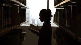 Σκιαγραφία του βιβλίου ανάγνωσης γυναικών στη βιβλιοθήκη φιλμ μικρού μήκους