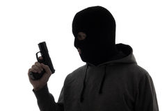 Σκιαγραφία του εγκληματικού ατόμου στο πυροβόλο όπλο εκμετάλλευσης μασκών που απομονώνεται στο λευκό Στοκ φωτογραφία με δικαίωμα ελεύθερης χρήσης