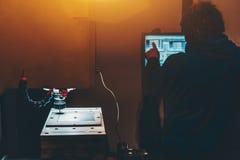 Σκιαγραφία του εργαζομένου με CNC τη μηχανή άλεσης στοκ φωτογραφία