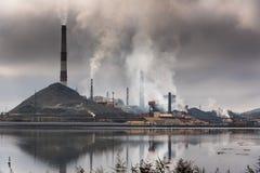 Σκιαγραφία του εργοστασίου με τις καπνοδόχους και το βαρύ καπνό στοκ εικόνες