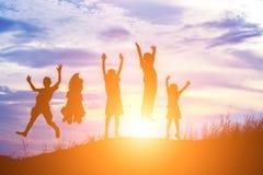 Σκιαγραφία του ευτυχούς χρόνου gladness άλματος παιδιών στοκ φωτογραφίες