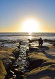 Σκιαγραφία του ζεύγους στο ηλιοβασίλεμα στη Λα Χόγια, Καλιφόρνια Στοκ φωτογραφία με δικαίωμα ελεύθερης χρήσης