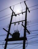 Σκιαγραφία του AM ηλεκτρική ή του μετασχηματιστή πόλων χρησιμότητας με τη φλόγα ήλιων Στοκ εικόνα με δικαίωμα ελεύθερης χρήσης