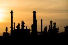 Σκιαγραφία του διυλιστηρίου πετρελαίου Στοκ φωτογραφία με δικαίωμα ελεύθερης χρήσης