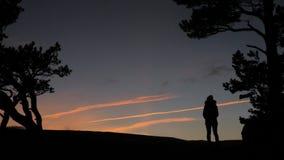 Σκιαγραφία του κοριτσιού στο ηλιοβασίλεμα απόθεμα βίντεο