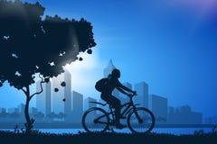 Σκιαγραφία του κοριτσιού στο ποδήλατο Στοκ φωτογραφίες με δικαίωμα ελεύθερης χρήσης