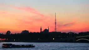 Σκιαγραφία του μουσουλμανικού τεμένους καθεδρικών ναών Άγιος-Πετρούπολη και του τηλεοπτικού πύργου απόθεμα βίντεο