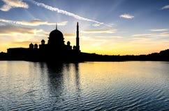 Σκιαγραφία του μουσουλμανικού τεμένους Putra στοκ εικόνα