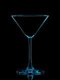 Σκιαγραφία του μπλε martini γυαλιού με το ψαλίδισμα της πορείας στο μαύρο υπόβαθρο Στοκ Φωτογραφία