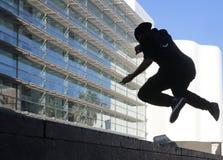 Σκιαγραφία του νέου άλματος αγοριών στη Βαρκελώνη Στοκ φωτογραφίες με δικαίωμα ελεύθερης χρήσης