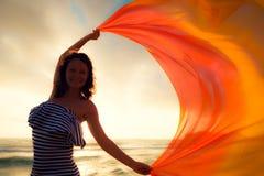 Σκιαγραφία του νέου άλματος γυναικών στην παραλία Στοκ Φωτογραφία