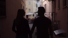 Σκιαγραφία του νέου όμορφου ερωτευμένου περπατήματος ζευγών γύρω από το παλαιό κέντρο πόλεων φιλμ μικρού μήκους