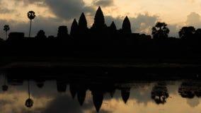Σκιαγραφία του ναού Angkor Wat κατά τη διάρκεια της ανατολής Στοκ εικόνα με δικαίωμα ελεύθερης χρήσης