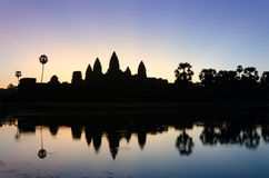 Σκιαγραφία του ναού Angkor Wat στο λυκόφως Στοκ Εικόνες