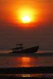 Σκιαγραφία του ναυαγίου και του όμορφου ηλιοβασιλέματος σε Phuket, Ταϊλάνδη Στοκ εικόνες με δικαίωμα ελεύθερης χρήσης