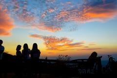 Σκιαγραφία του οικογενειακού παιχνιδιού υπαίθρια στη σκιαγραφία ηλιοβασιλέματος Στοκ Φωτογραφία