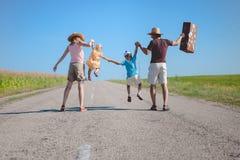 Σκιαγραφία του οικογενειακού χαρούμενου περπατήματος στοκ εικόνα με δικαίωμα ελεύθερης χρήσης