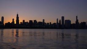 Σκιαγραφία του ορίζοντα του Σικάγου στο ηλιοβασίλεμα απόθεμα βίντεο