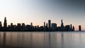 Σκιαγραφία του ορίζοντα του Σικάγου το βράδυ - ΣΙΚΑΓΟ, ΗΠΑ - 12 ΙΟΥΝΊΟΥ 2019 στοκ εικόνα με δικαίωμα ελεύθερης χρήσης