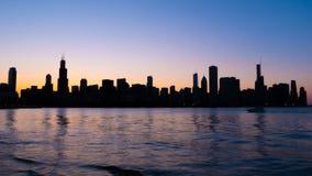 Σκιαγραφία του ορίζοντα του Σικάγου το βράδυ - ΣΙΚΑΓΟ, ΗΠΑ - 12 ΙΟΥΝΊΟΥ 2019 στοκ εικόνα