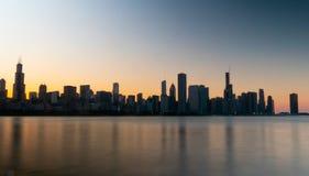 Σκιαγραφία του ορίζοντα του Σικάγου το βράδυ - ΣΙΚΑΓΟ, ΗΠΑ - 12 ΙΟΥΝΊΟΥ 2019 στοκ φωτογραφία με δικαίωμα ελεύθερης χρήσης