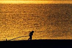 Σκιαγραφία του παιδιού στην παραλία στοκ φωτογραφία με δικαίωμα ελεύθερης χρήσης