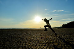 Σκιαγραφία του παιδιού που τρέχει στην παραλία Στοκ φωτογραφίες με δικαίωμα ελεύθερης χρήσης