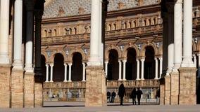 Σκιαγραφία του περπατήματος γυναικών στο plaza στην Ισπανία Όμορφο κτήριο στη Σεβίλλη φιλμ μικρού μήκους