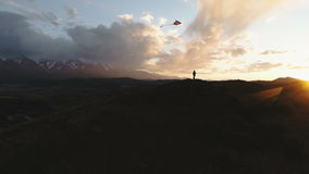 Σκιαγραφία του πετώντας ικτίνου γυναικών στο χρόνο ηλιοβασιλέματος, 4k σε αργή κίνηση απόθεμα βίντεο