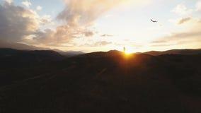 Σκιαγραφία του πετώντας ικτίνου γυναικών στο χρόνο ηλιοβασιλέματος 4k σε αργή κίνηση φιλμ μικρού μήκους