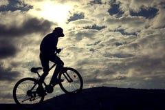 Σκιαγραφία του ποδηλάτου βουνών Αθλητισμός και υγιής ζωή ακραίος αθλητισμός στοκ φωτογραφία με δικαίωμα ελεύθερης χρήσης