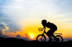 Σκιαγραφία του ποδηλάτη που οδηγά ένα οδικό ποδήλατο στοκ φωτογραφία με δικαίωμα ελεύθερης χρήσης