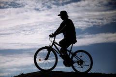 Σκιαγραφία του ποδηλάτου βουνών Αθλητισμός και υγιής ζωή ακραίος αθλητισμός Στοκ Εικόνα