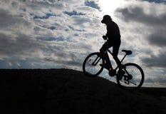Σκιαγραφία του ποδηλάτου βουνών Αθλητισμός και υγιής ζωή ακραίος αθλητισμός Στοκ Φωτογραφίες